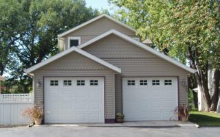 Завершением строительства всегда бывает создание кровли. Наклонная, двухскатная крыша гаража или плоская — она венчает автомобильный дом, придает ему законченный вид, выполняет главную функцию