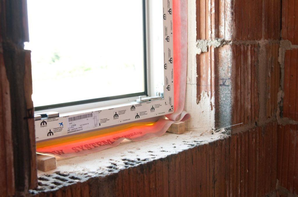 смонтированное пластиковое окно в гараже