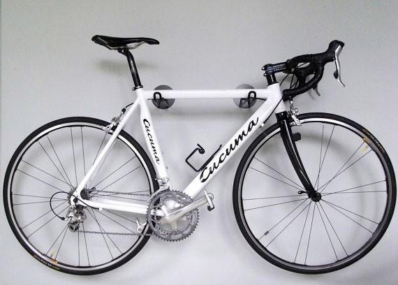 велосипед на крюках в гараже