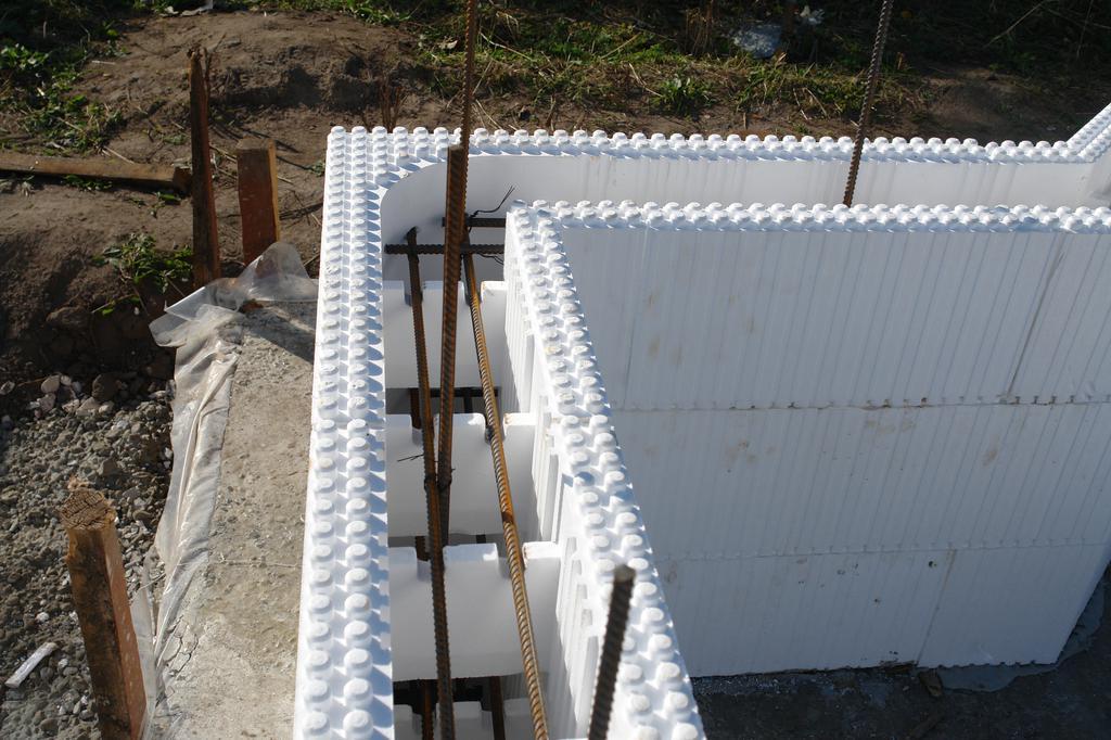 Пеностироловые щиты для заливки фундамента легко собирать в конструкцию любой сложности