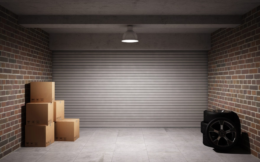 В гараже светит лампа