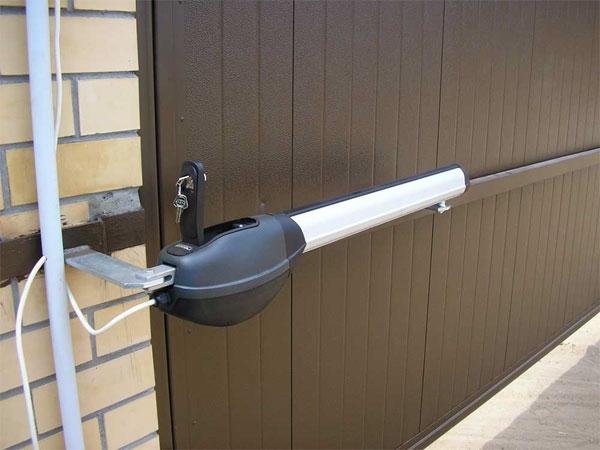 Электропривод двери может работать от пульта ДУ