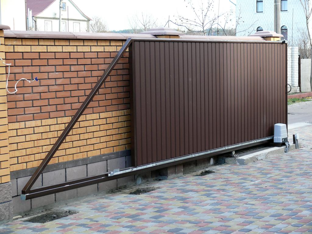 Откатные ворота чаще всего устанавливают при въезде на участок