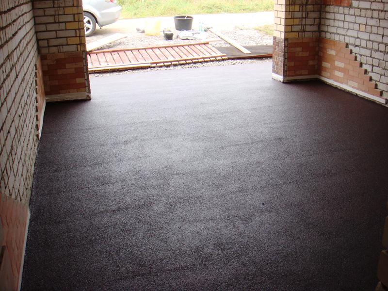 Окрашенный пол из бетона в гараже очень долговечный