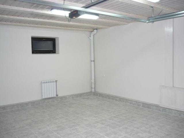 Стены оштукатурены и оптимальны для гаражной среды