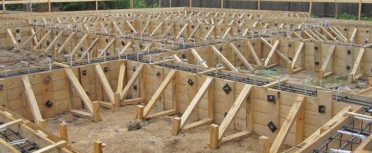 Установленная опалубка для ленточного фундамента сделана из деревянных досок