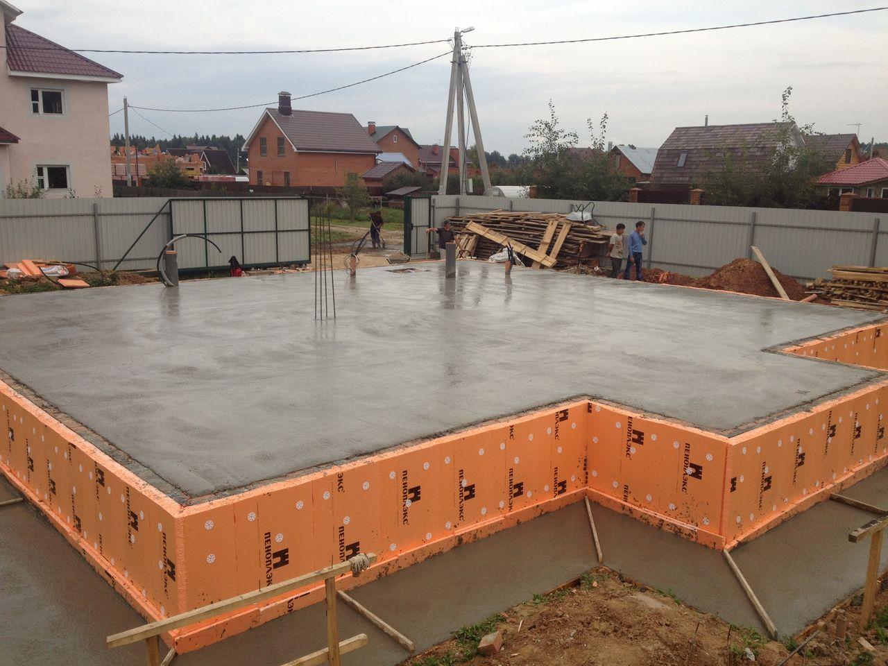 Монолитное основание нужно в местах со сложными грунтами или под тяжелые здания