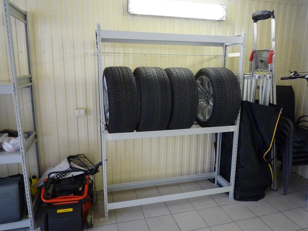 Стационарный стеллаж для хранения колес чаще всего используется в наших гаражах