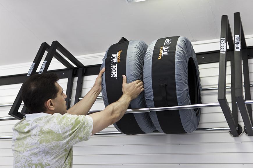 Складирование колес на стеллаже очень экономит пространство
