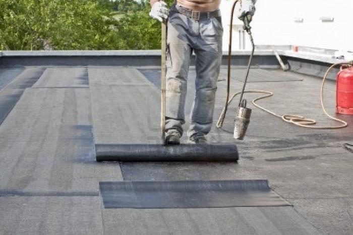 Рубероид чаще всего используют для перекрытия плоской крыши