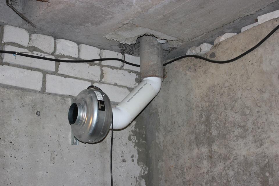 Вытяжная труба должна находится у потолка