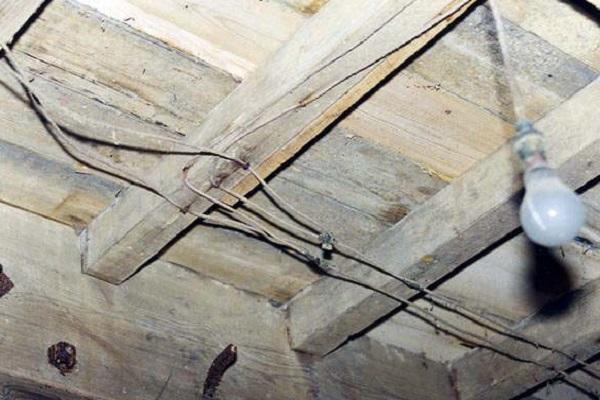 провода по потолку
