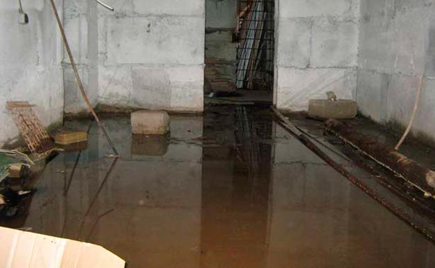 Из затопленного подвала следует срочно эвакуировать воду