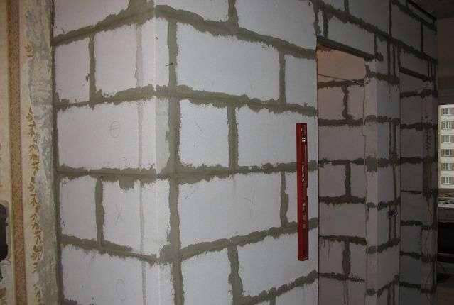 Стена из пеноблоков строится быстро и просто