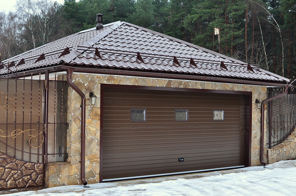 Профнастиловая крыша выглядит стильно и красиво