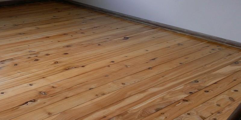 Лакированный деревянный пол хорошо защищен от повреждений и выглядит восхитительно