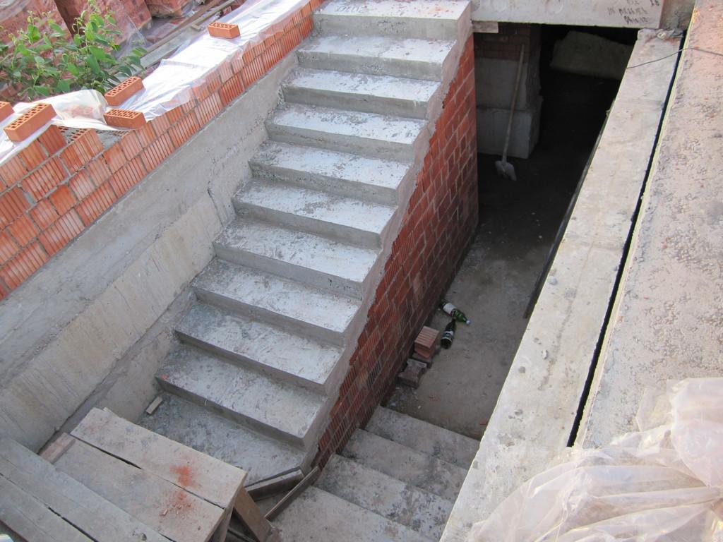 Бетонная лестница в подвал требует прочной основы