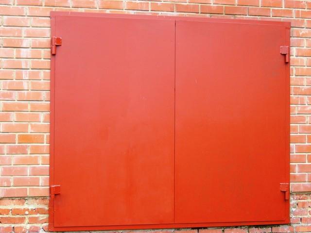 Стандартные гаражные двери сваривают из листов металла