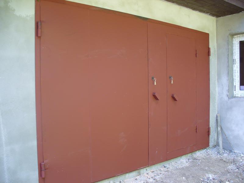 Входные двери в теле ворот очень выгодны для гаражника
