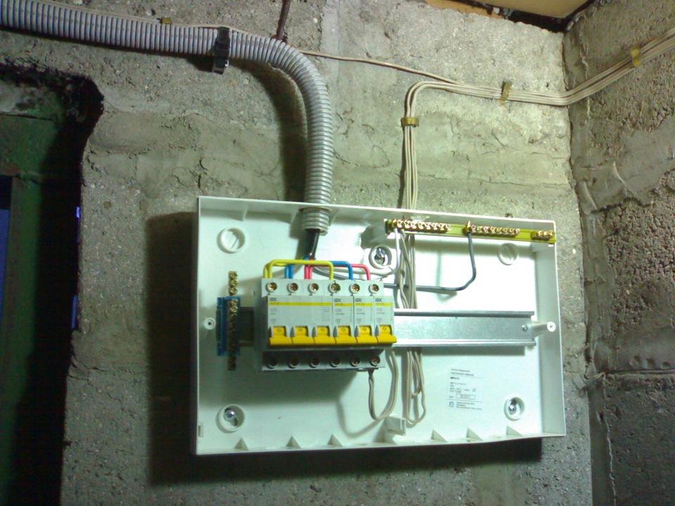 Распределительная коробка в гараже снабжена системой предохранителей