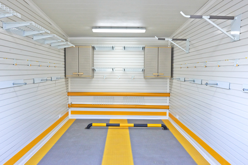 Хорошо освещенный гараж для комфорта водителя