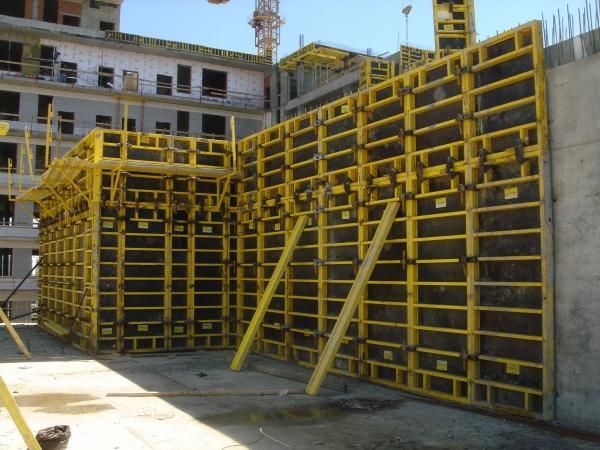 Монтаж щитов для стен завершен и все готово для дальнейшей заливки бетона