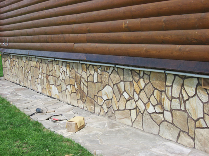 Цоколь из камня обеспечит надежную защиту зданию