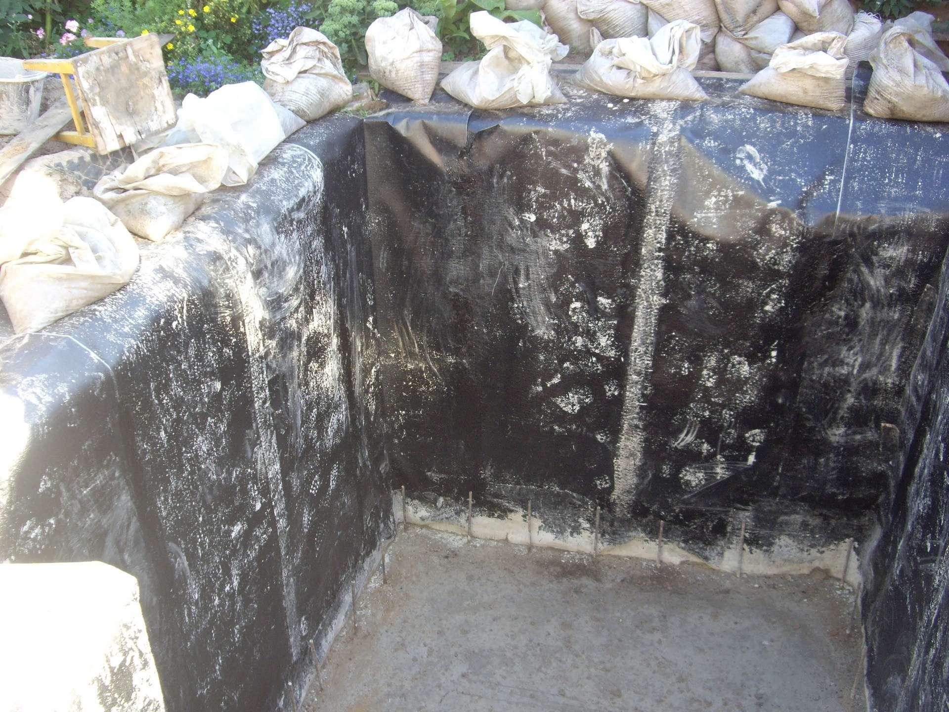 Следует обязательно позаботиться о гидроизоляции стени пола ямы