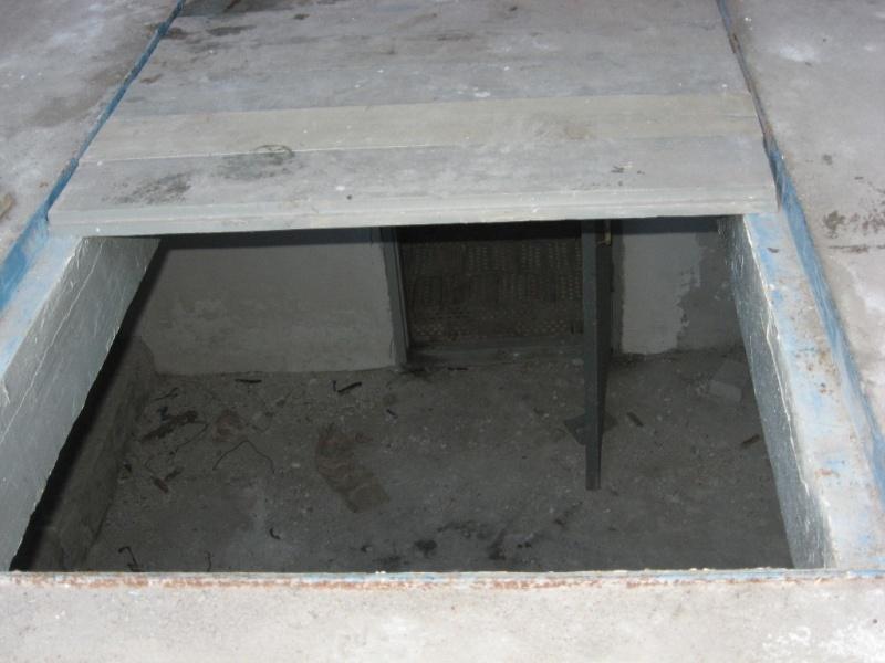 Подвала гаража для хранения солений и вещей