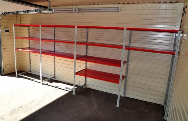Удобнее всего оснастить гараж стеллажами
