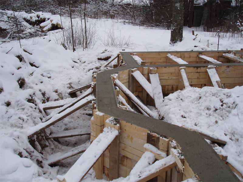 В холодную пору года также можно заливать основу гаража