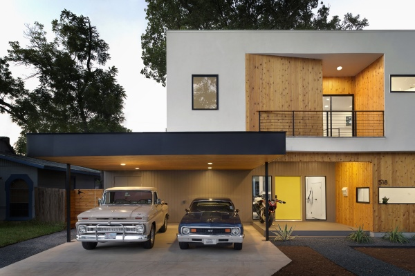 Совмещение дома и гаража очень выгодно для загородной постройки