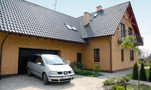 Коттедж с боковым гаражом очень выгоден и практичен