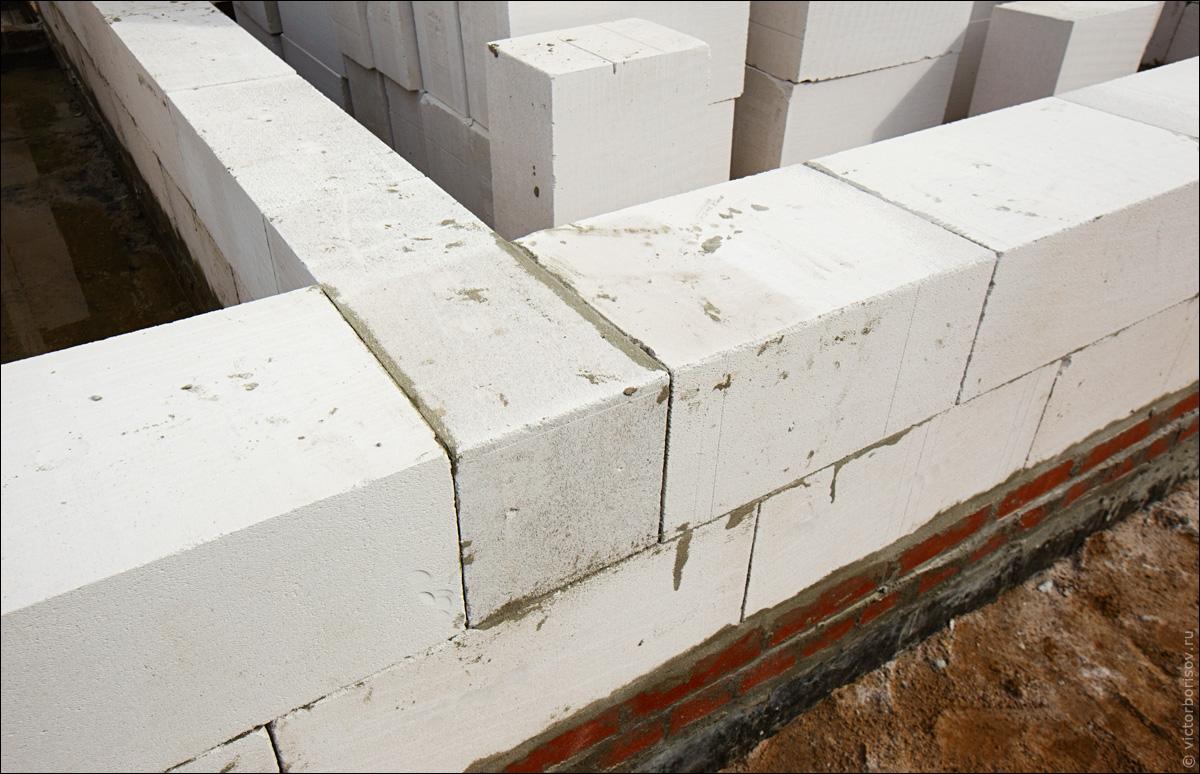 Швы между блоков стены очень тонкие