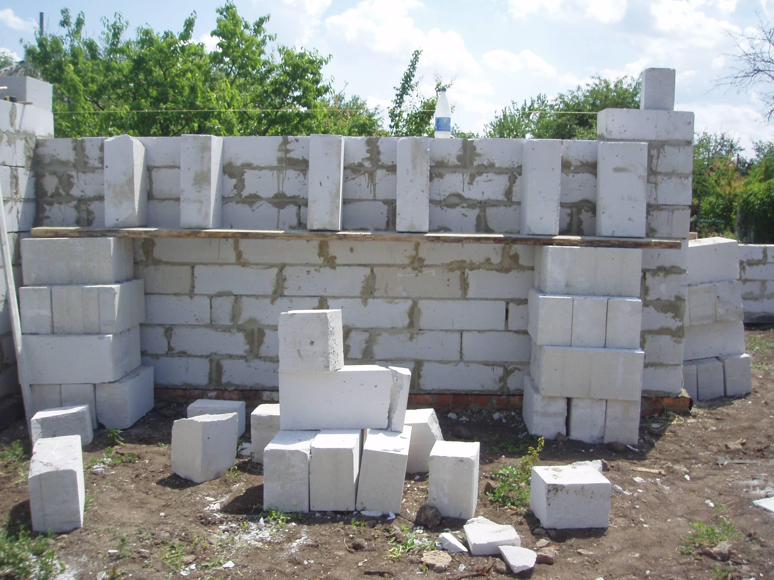 Блоковые стены возводятся очень быстро и легко