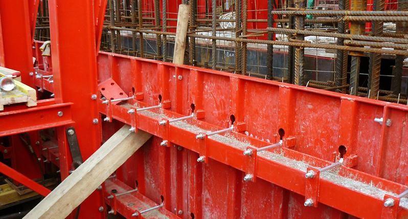 Щиты скользят и поднимаются вверх для дальнейшей заливки бетона