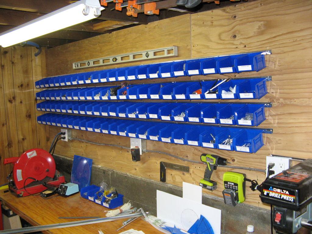 Стеллаж для хранения мелких деталей очень удобен для гаража