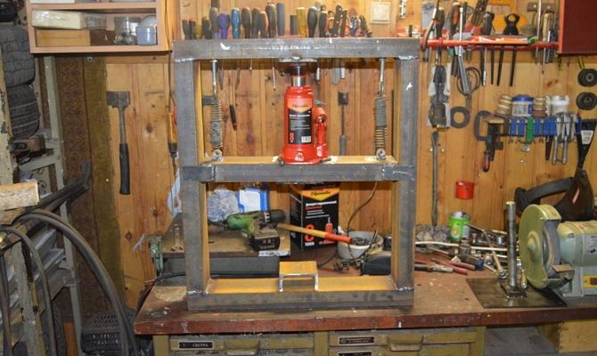 Рабочий стол самоделкина с полным набором инструментов