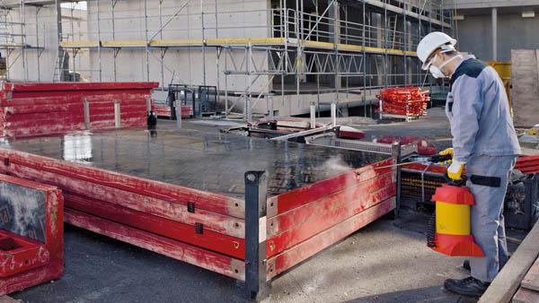 Обработка опалубки смазкой выполняется непосредственно перед заливкой бетона