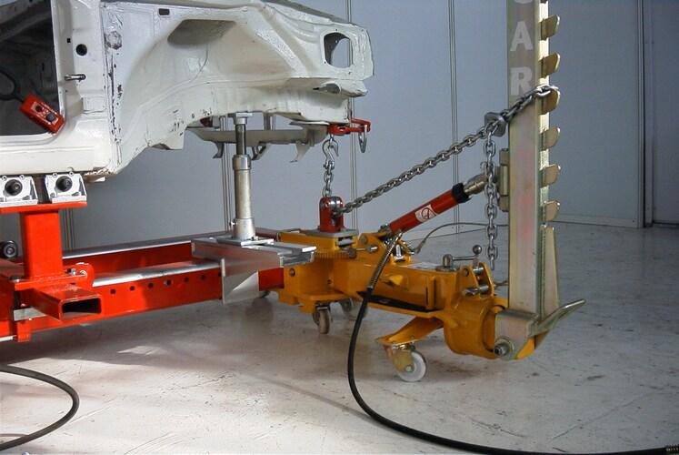 Профессиональный инструмент для автосервисов исправляет сгибы кузова