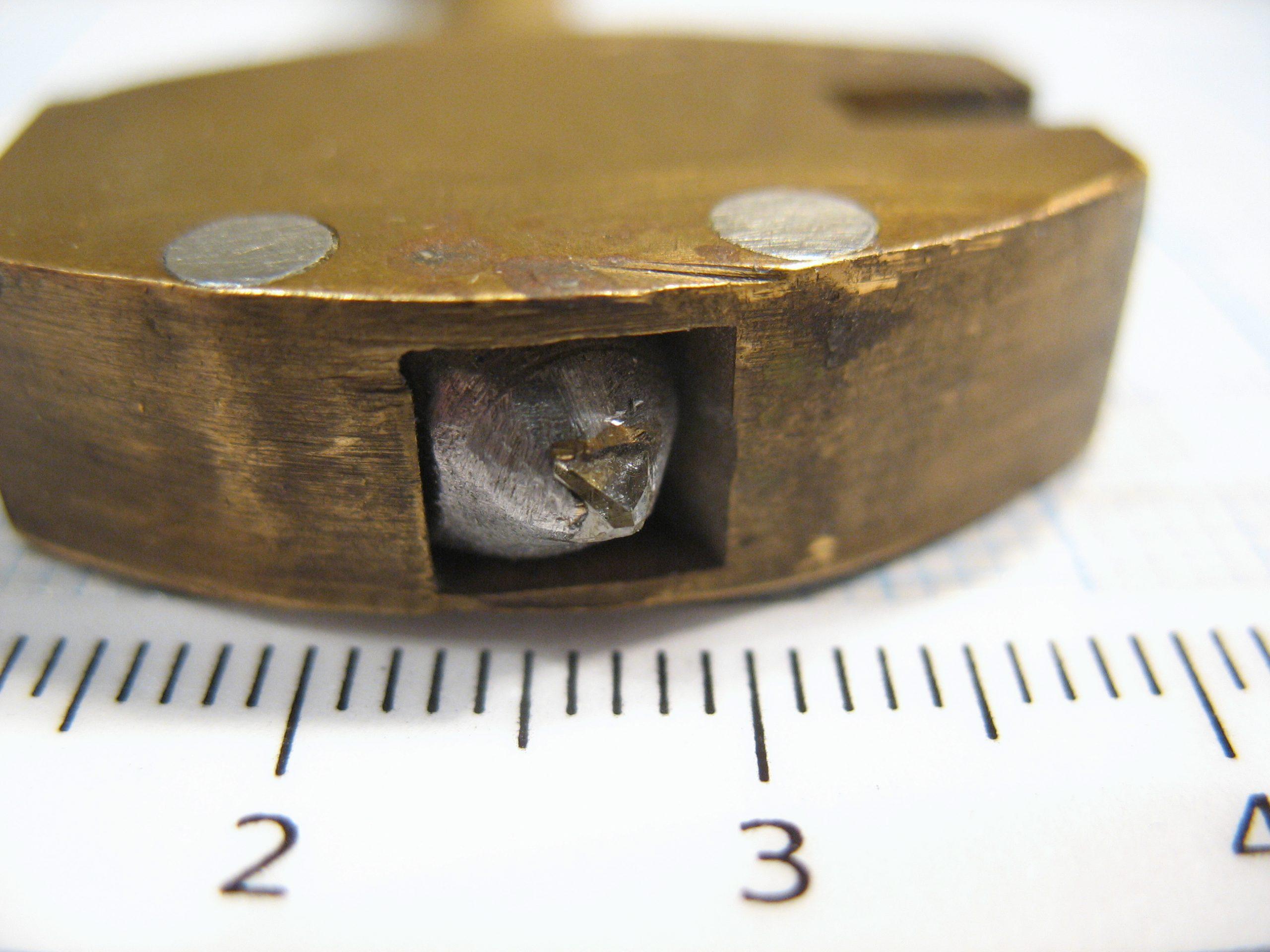 Головка стеклореза оснащена крошечным алмазом