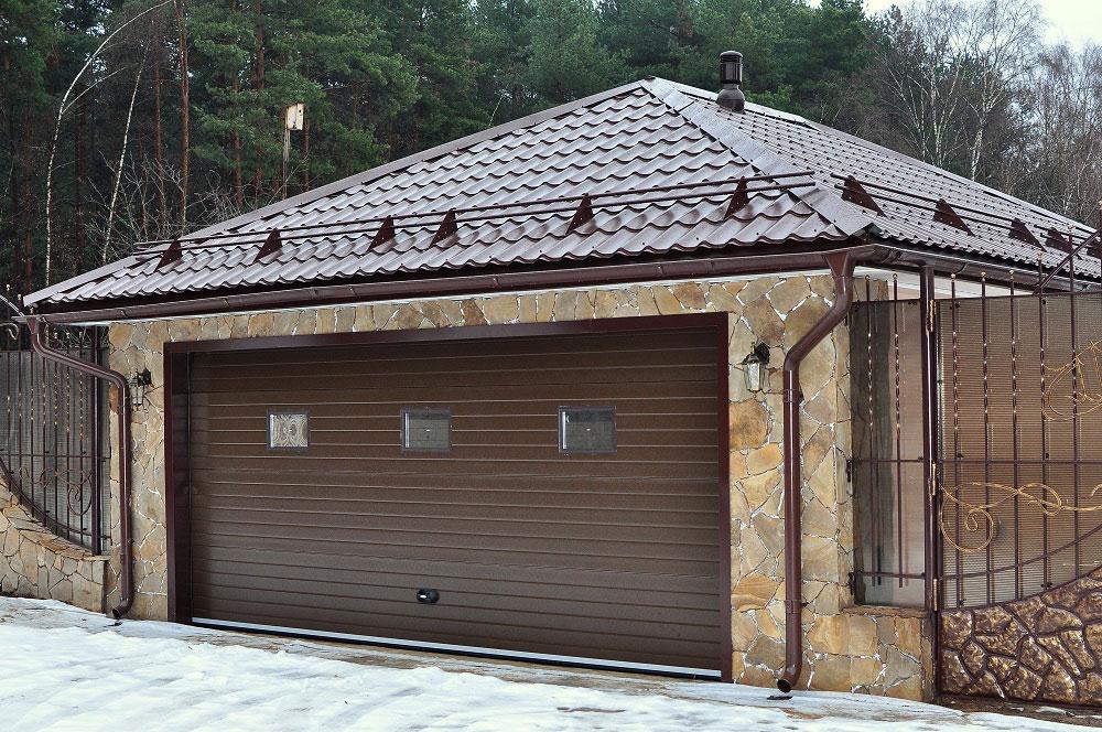 Скатная крыша очень выгодна для обустройства гаража
