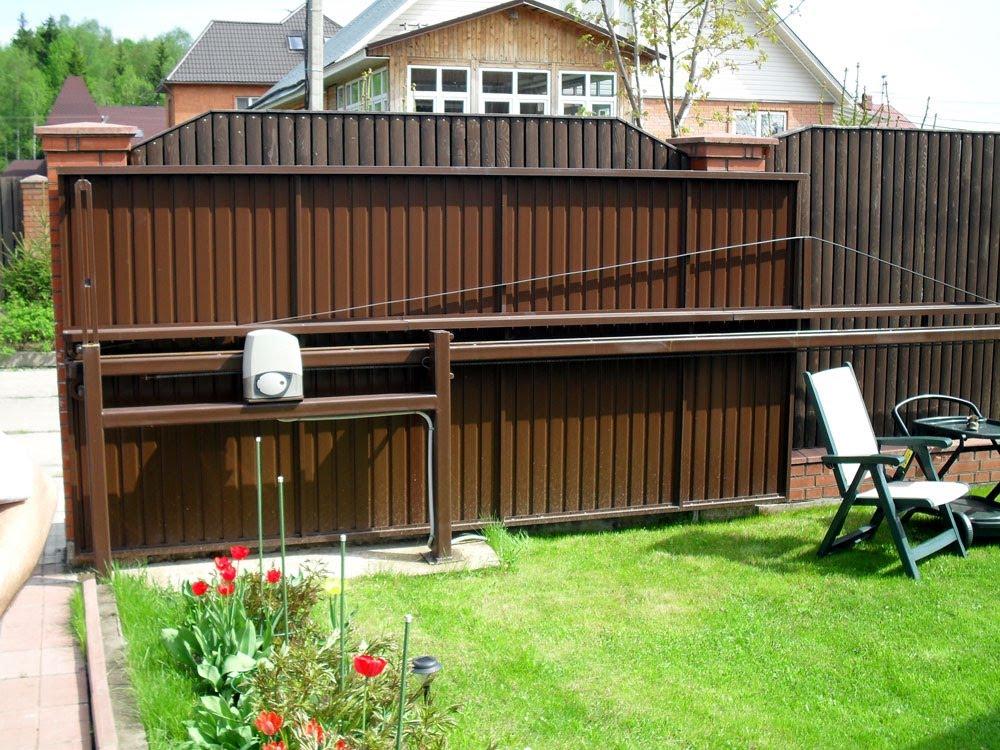 Откатные ворота чаще всего устанавливают при въезде в участок