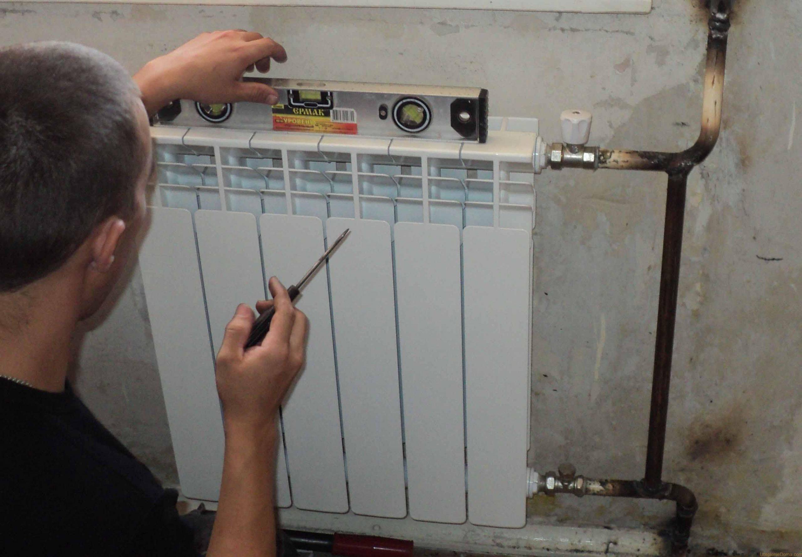 Монтаж батареи выполняется с помощью строительного уровня