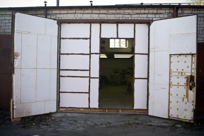 Чаще всего гаражные ворота обшивают пенопластом