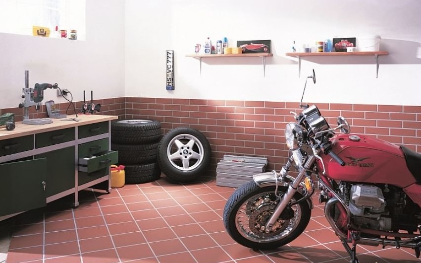 Керамическая плитка положена в гараже
